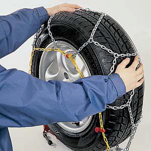 Завести тросовый обод за колесо, проверить, чтобы ни тросовый обод, ни  замок не попадали на рабочую поверхность шины f7229f7b887
